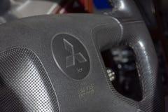 Mitsubishi logo na kierownicy wnętrza strzale Pajero model zdjęcia royalty free