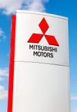 Mitsubishi logo på ett tecken utanför bilen eller den automatiska dealershen Royaltyfri Fotografi