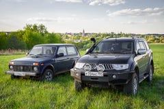 Mitsubishi Pajero sport och Lada Niva Royaltyfria Foton