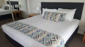 Mitt älskvärda sovrum i en sagolik lägenhet på den härliga Alpha Sovereign Resort, surfare Paradise, Queensland, Australien royaltyfri bild