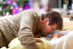 Mitt åldrades fadern som keln med hans nyfött behandla som ett barn dottern Arkivfoton