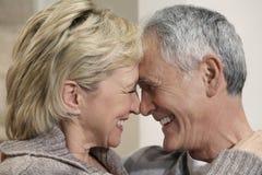 Mitt åldrades par med huvud tillsammans royaltyfri foto