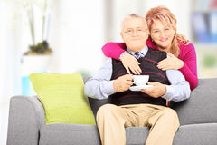 Mitt åldrades par som poserar under ett kaffeavbrott Royaltyfri Fotografi