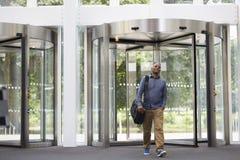 Mitt åldrades svarta mannen som skriver in foajén av modern byggnad Royaltyfria Foton