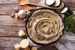 Mitt - östlig kokkonst: babaghanoushcloseup i en platta horizo arkivbild