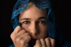 Mitt - östlig kvinnastående som ser ledsen med den blåa hijabkonstnären Royaltyfria Foton