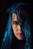 Mitt - östlig kvinnastående som ser ledsen med den blåa hijabkonstnären Fotografering för Bildbyråer