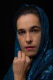 Mitt - östlig kvinnastående som ser ledsen med den blåa hijabkonstnären Arkivfoto
