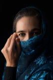 Mitt - östlig kvinnastående som ser ledsen med den blåa hijabkonstnären Arkivbilder