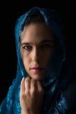 Mitt - östlig kvinnastående som ser ledsen med den blåa hijabkonstnären Royaltyfri Bild