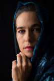 Mitt - östlig kvinnastående som ser ledsen med den blåa hijabkonstnären Arkivbild