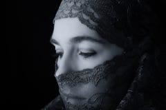 Mitt - östlig kvinnastående som ser ledsen med hijab konstnärligt Co Arkivbild