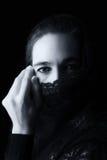 Mitt - östlig kvinnastående som ser ledsen med svarta hijabartis Arkivbild