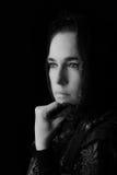 Mitt - östlig kvinnastående som ser ledsen med svarta hijabartis Royaltyfri Fotografi