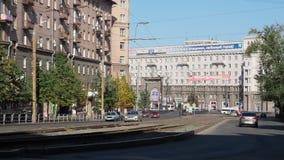 Mitt av den Chelyabinsk staden i morgonen Tzvilinga gata och sikt till byggnaderna på gatorna stock video