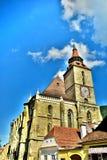 Mitt av den gamla staden av den Brasov stadssvarta kyrkan Transilvania, Rumänien I bakgrund kan du se det Tampa berget 955 M royaltyfri bild