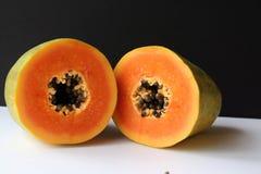 Mitt av den klippta papayaen royaltyfri foto