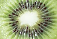Mitt av en skivad Kiwifruit arkivbild