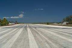 Mitt av flygplatslandningsbanan Royaltyfri Foto