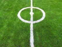 Mitt av grönt gräs för fotbollfält Arkivfoton