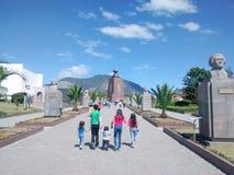 Mitt av världsmonumentet i Quito, Ecuador Royaltyfria Bilder