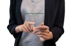 Mitt- avsnitt av affärskvinnan som pekar på den glass manöverenheten Arkivfoto