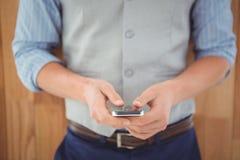 Mitt- avsnitt av affärsmannen som använder mobiltelefonen Arkivbild