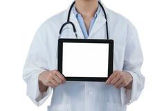 Mitt--avsnitt av den kvinnliga doktorn som rymmer den digitala minnestavlan, medan genom att använda den digitala skärmen Arkivbild