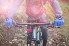 Mitt- avsnitt av den manliga cykeln för bergcyklistridning Arkivbilder