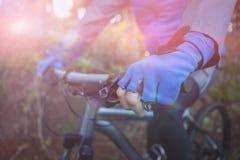 Mitt- avsnitt av den manliga cykeln för bergcyklistridning Arkivfoton