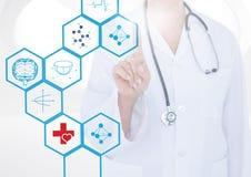 Mitt- avsnitt av doktorn som trycker på digitalt frambragda medicinska symboler Fotografering för Bildbyråer