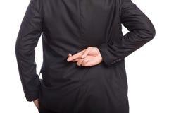 Mitt- avsnitt av en affärsman med korsade fingrar royaltyfri bild