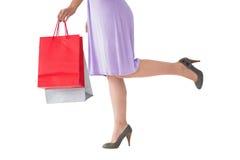 Mitt- avsnitt av kvinnan i hållande shoppingpåse för klänning Arkivbilder