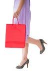 Mitt- avsnitt av kvinnan som rymmer den röda shoppingpåsen Royaltyfri Foto
