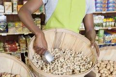 Mitt- avsnitt av lagerkontoristen med korgen av jordnötter royaltyfri foto