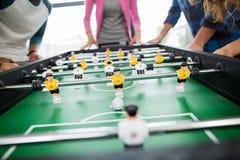 Mitt- avsnitt av ledare som spelar tabellfotboll arkivbild