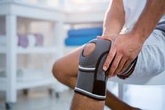 Mitt- avsnitt av mannen med knäskadan royaltyfri foto