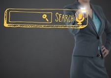 Mitt- avsnitt för affärskvinna som pekar på den gula sökandestången med signalljuset mot grå bakgrund Fotografering för Bildbyråer
