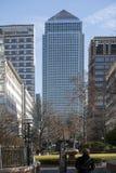 Mitt- eftermiddagsikt av Canary Wharf London som tas från den motsatta sidan av flodThemsen Arkivbilder