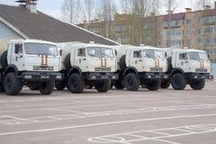 Mitt EMERCOM för räddningsaktion KAMAZ-43114 av Ryssland i parkeringsplatsen Arkivbilder