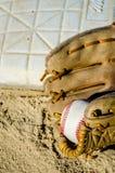 Mitt en de bal van het honkbalspel op huisplaat/basis Royalty-vrije Stock Fotografie