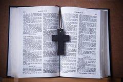 Mitt för arg halsband för trä pålagd av Christian Bible Royaltyfri Foto
