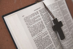 Mitt för arg halsband för trä pålagd av Christian Bible Arkivbild