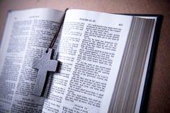 Mitt för arg halsband för trä pålagd av Christian Bible Royaltyfria Foton