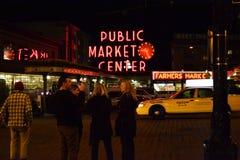 Mitt för offentlig marknad på natten, Seattle, WA, USA Arkivbilder