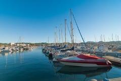 Mitt fartyg behöver ett målarfärgjobb - Ibiza solsken i den sena eftermiddagen för marina i fjärden av fartyg Royaltyfri Fotografi