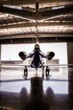 Mitt- formatstrålturbin i hangar royaltyfri foto