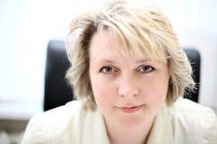 mitt- kvinna för affärslivstid Arkivfoton