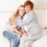 Mitt- kvinna med dottern på kök Arkivbild