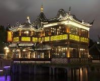 Mitt--Lake paviljong i den Yu Yuan trädgården arkivfoton